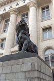 Statua del leone del palazzo di giustizia in città di Sofia, Bulgaria immagini stock