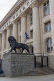 Statua del leone del palazzo di giustizia in città di Sofia, Bulgaria Immagine Stock