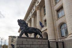 Statua del leone del palazzo di giustizia in città di Sofia, Bulgaria Immagine Stock Libera da Diritti