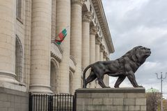 Statua del leone del palazzo di giustizia in città di Sofia, Bulgaria Fotografie Stock Libere da Diritti