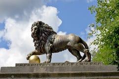 Statua del leone sul viale reale nel bagno, Somerset, Inghilterra immagine stock libera da diritti