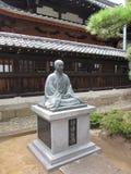 Statua del monaco buddista che si siede nella posa del loto Fotografie Stock