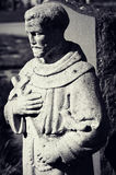 Statua del monaco Holding un incrocio Immagini Stock Libere da Diritti