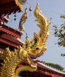 Statua del naga dell'oro fotografia stock libera da diritti