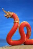 Statua del Naga della Tailandia con il cielo piacevole Immagini Stock