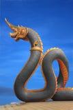 Statua del Naga della Tailandia con il cielo piacevole Fotografie Stock