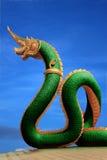 Statua del Naga della Tailandia con il cielo piacevole Immagine Stock
