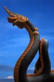 Statua del Naga della Tailandia con il cielo piacevole Immagini Stock Libere da Diritti