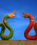 Statua del Naga di Twain della Tailandia con il cielo piacevole Immagini Stock Libere da Diritti