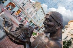 Statua del pescatore e del pesce rosso a Varna, Bulgaria Immagini Stock