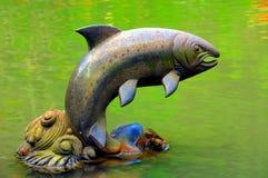 Statua del pesce del giardino di zen Fotografia Stock
