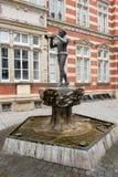 Statua del pifferaio pezzato di Hamelin nella vecchia città Immagine Stock