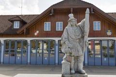 Statua del pompiere davanti al corpo dei vigili del fuoco Mondsee, Austria Fotografia Stock Libera da Diritti