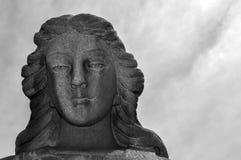 Statua del primo piano di Angel Statue femminile in un cimitero con un fondo del cielo nuvoloso immagini stock libere da diritti