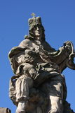 Statua del quarto di re Charles IV Karolo vicino a Charles Bridge a Praga Immagini Stock