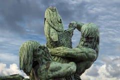 Statua del rame della siluetta dei titani del pescatore Fotografie Stock