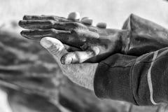 Statua del rame della tenuta della mano dell'uomo anziano in bianco e nero Fotografia Stock
