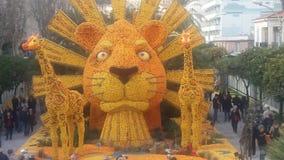 Statua del re leone con i limoni e le arance Fotografie Stock