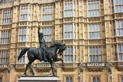 Statua del re Richard I dell'Inghilterra a Londra Fotografie Stock Libere da Diritti