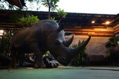 Statua del rinoceronte in giardino Fotografia Stock Libera da Diritti