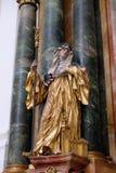 Statua del san, altare in chiesa collegiale a Salisburgo Immagini Stock