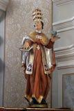 Statua del san sull'altare principale nella chiesa di Santi Cosma e Damiano in Vrhovac, Croazia Fotografie Stock
