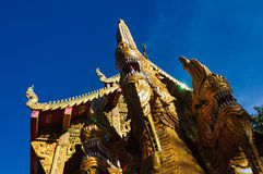 Statua del serpente del Naga vicino al tempio buddista Fotografia Stock Libera da Diritti
