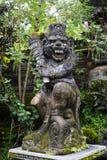 Statua del tempio indù della vecchia scimmia crudele di pietra, Ubud, Bali immagini stock