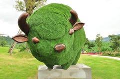Statua del toro dell'erba verde Immagine Stock Libera da Diritti