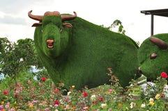Statua del toro dell'erba verde Fotografie Stock Libere da Diritti