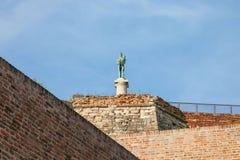 Statua del vincitore sulla fortezza di Kalemegdan veduta dal fondo a Belgrado, Serbia immagini stock