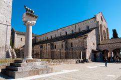 Statua del wof e Basilica di Aquileia romane fotografia stock libera da diritti