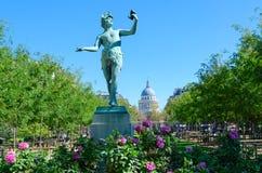Statua dell'attore greco L ?grec di acteur che prova testo al giardino di Lussemburgo, Parigi, Francia Panteon su fondo immagini stock