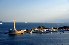 Statua dell'oro di Lettera di della di Madonna all'entrata del porto di Messina in Sicilia Fotografie Stock Libere da Diritti