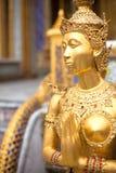 Statua dell'oro in un tempiale Fotografia Stock