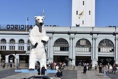 Statua dell'orso polare dai cappucci dell'automobile fotografia stock libera da diritti