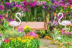 Statua dell'uccello del fenicottero in giardino floreale Fotografia Stock