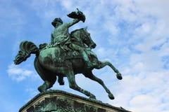 Statua dell'uomo sul cavallo contro il cielo blu Fotografia Stock