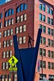 Statua dell'uomo sulla corda per funamboli sulla via di Kinzie in Chicago, con il segno del passaggio pedonale immagine stock libera da diritti