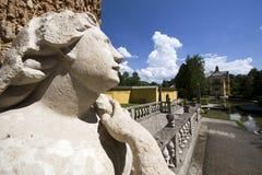 Statua della donna davanti al waterpark al castello di Hellbrunn fotografia stock