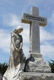 Statua della donna e dell'incrocio Fotografie Stock Libere da Diritti