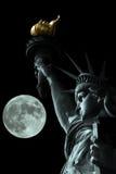 Statua della libertà alla notte con la luna Immagini Stock Libere da Diritti