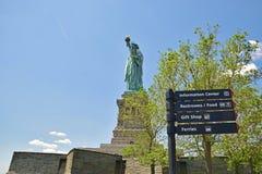 Statua della libertà con gli alberi e la direzione Fotografia Stock