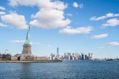 Statua della libertà con il fondo di Manhattan, New York City immagini stock libere da diritti