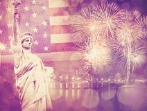 Statua della libertà con il fuoco d'artificio di celebrazione sui precedenti di Immagine Stock