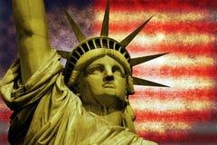 Statua della libertà con la bandiera di U.S.A. Fotografia Stock