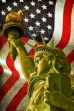 Statua della libertà con la bandiera di U.S.A. Fotografie Stock Libere da Diritti
