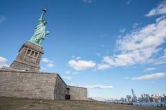 Statua della libertà con la scena di Manhattan, New York City fotografie stock libere da diritti