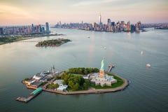 Statua della libertà di New York dalla vista aerea fotografia stock libera da diritti