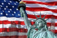 Statua della libertà sull'isola a New York con la bandiera Immagine Stock Libera da Diritti